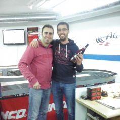 Sergi González, president del Slot Club La Lira, amb en Marc Oliván, guanyador de la cursa, amb el seu premi