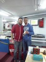 A la dreta, Marc Olivan recollint l'ampolla del vípel guanyador