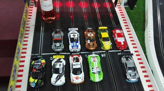 Un total de 11 coches se presentaron al parque cerrado, siendo el Aston Martin el dominante en esta ocasión, con tres Vantage GT3 de NSR y dos DBR9 GT3 de Black Arrow. Les acompañaban tres Ferrari de Black Arrow y tres BMW Z4 de Scaleauto (en la foto falta uno de ellos, el de Marc Oliván, que llegó con la carrera comenzada)