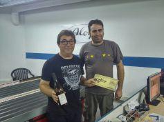 Fernando Guillén en representació d'ACME, tercer general i primer GT Pro, amb Sergi, president del Slot Club La Lira entregant els premis