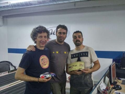 David's Team, guanyadors de la cursa, amb Sergi, president del Slot Club La Lira entregant els premis